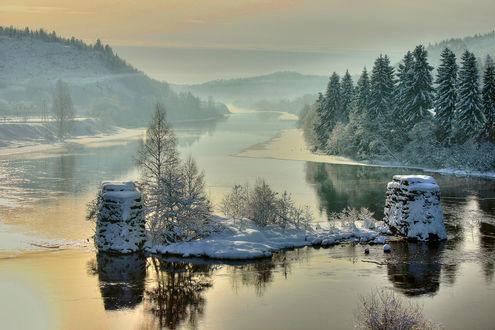 Обои Зимняя река, покрытая утренним туманом на фоне заснеженных елей, Норвегия