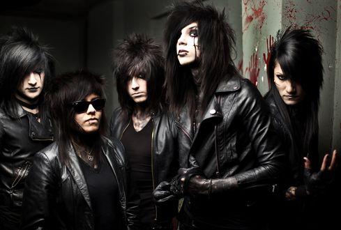 Обои Парни в кожаных куртках позируют на фоне стены с кровавыми отпечатками, группа Black Veil Brides