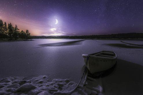 Обои Лодка, привязанная к берегу запорошенного снегом озера, зимней ночью в свете убывающей луны, Норвегия
