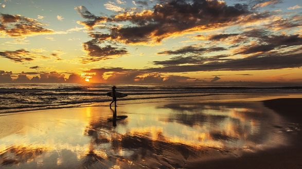 Обои Девушка идущая по краю моря на закате