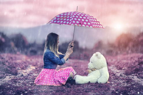 Обои Девушка и плюшевый медведь сидят на дороге под зонтом под дождем, фотограф Alessandro Di Cicco