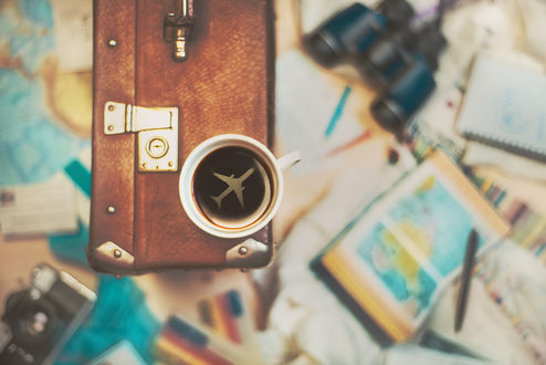 Обои Чашка с кофе и самолетиком в ней стоит на чемодане, ву Dina Belenko
