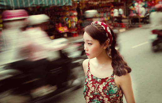 Обои Азиатка на городской улице