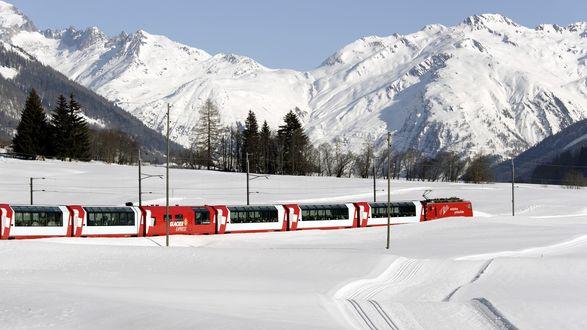 Обои Пассажирский поезд в снегах в Швейцарии