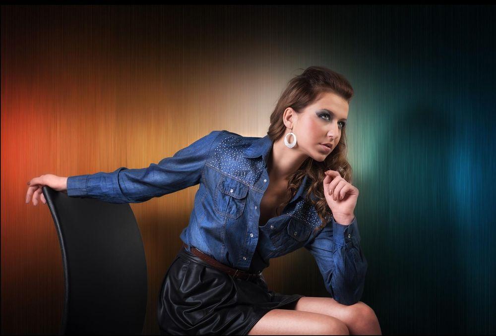 Картинка девушка на стуле