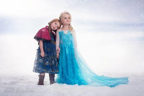 Обои Две девочки в костюмах из мультфильма Frozen / Холодное сердце, стоящие на белом фоне, автор Frosted Productions
