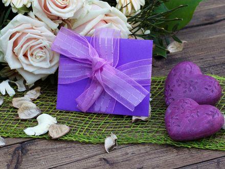 Обои Подарок в сиреневой упаковке и розы на столе с сердечками