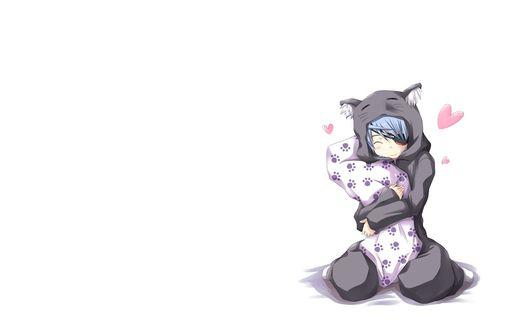 Обои Девушка в пижаме, прижимает к себе, что–то завернутое в простыню, вокруг сердечки