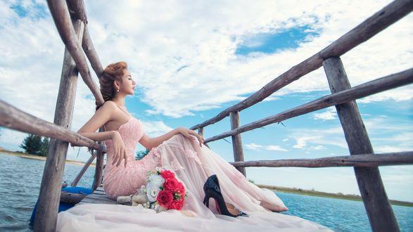 Обои Девушка с букетом смотрит на море