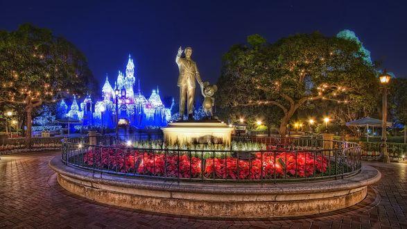 Обои Дисней Ленд памятник великому художнику-мультипликатору Уолту Диснею с Микки Маусом