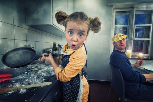 Обои Маленькая помощница на кухне