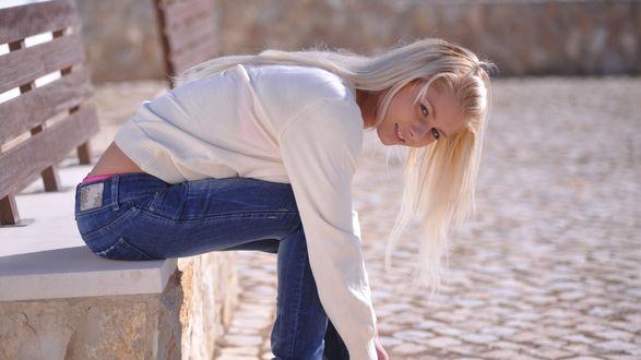 Обои Блондинка сидя на скамейке, наклонилось поправить обувь