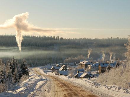 Обои Россия зимой, дома в поселке, дорога, заснеженные деревья, дым из труб