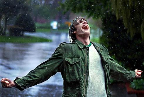 Обои Парень раскинув руки подставил лицо под струи дождя, работа Человек дождя. фотограф Joseph Dannels