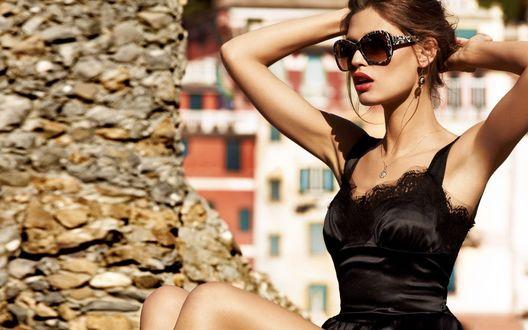 Обои Итальянская фотомодель Бьянка Балти в красивом черном платье, в очках от Dolce & Gabbana, поправляет волосы руками