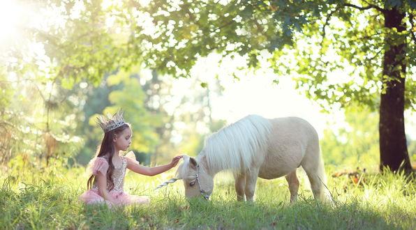 Обои Маленькая принцесса гладит единорога