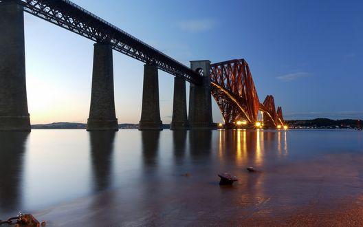 Обои Огромный мост через реку, вечерние огни и голубое небо