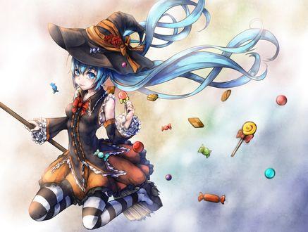 Обои Vocaloid Hatsune Miku / Вокалоид Хацунэ Мику в костюме ведьмы, со сладостями, в тумане, летит на метле на Хэллоуин / Halloween