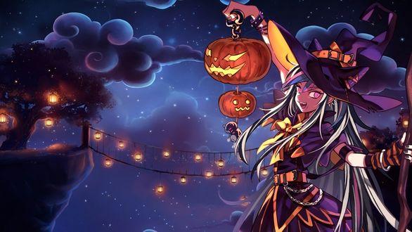 Обои Mioda Ibuki / Ибуки Миода из аниме Академия Отчаяния / Danganronpa в костюме ведьмы стоит у подвесного моста на фоне звездного неба, держа в руке цепь со светильниками Джека и подвешенным Монокума / Monokuma, ночью на Хэллоуин / Halloween