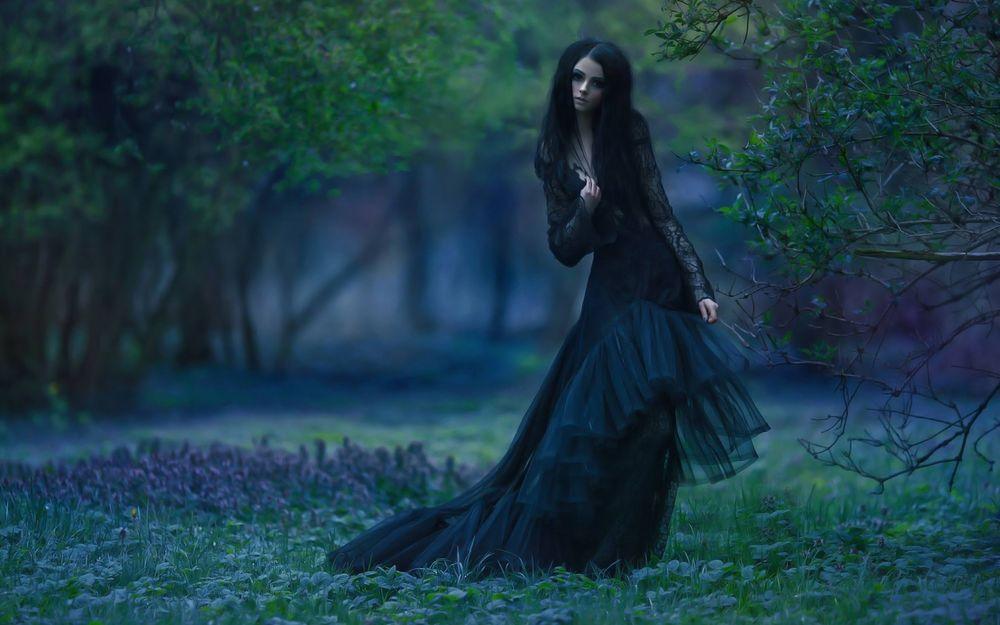 Девушка в черном платье