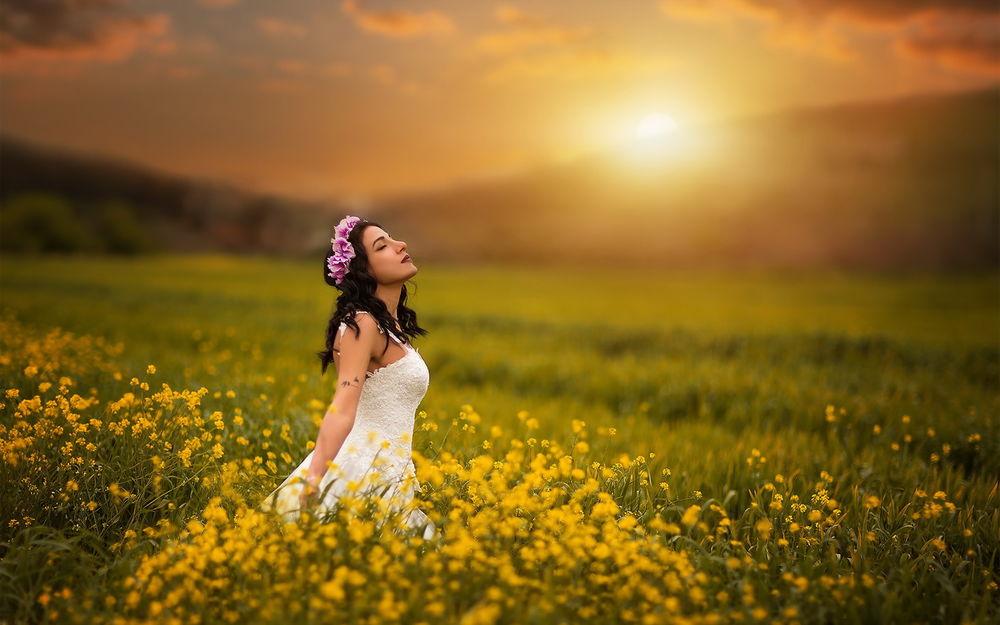 девушка в желтых цветах фото
