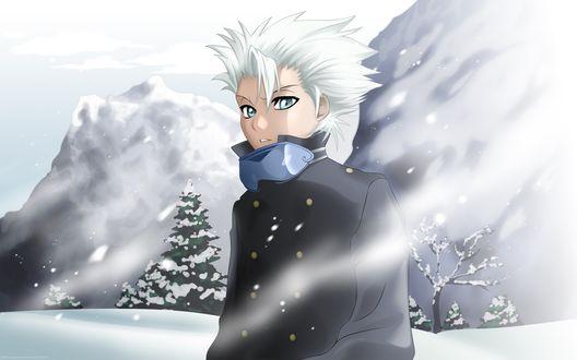 Обои Рисунок сероглазого блондина, его горнолыжные очки придерживают ворот куртки, на заднем плане горы, идет снег