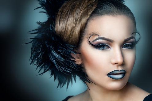 Обои Красивая девушка с макияжем, прической с перьями в волосах и ресницами