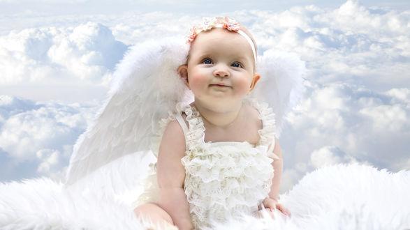 Обои Девочка-ангел на фоне облаков