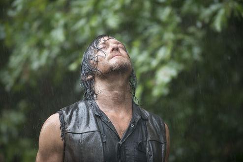 Обои Актер Дэрил Диксон (Норман Ридус) стоит под дождем подняв голову вверх, сериал Ходячие мертвецы