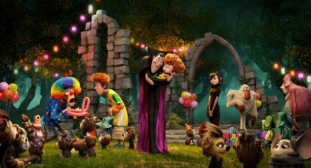 Обои Монстры, зверушки и детишки в праздничных костюмах, герои мультфильма Монстры на каникулах 2