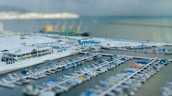 Обои Снег лежит в морском порту, лодочная станция заполнена яхтами и лодками