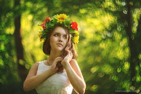 Обои Девушка в белом платье и с венком из цветов, листьев и ягод в волосах, фотограф Максим Николаев