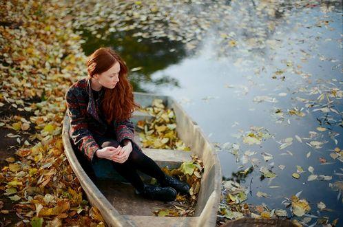 Девушка и осень фото спиной брюнетка