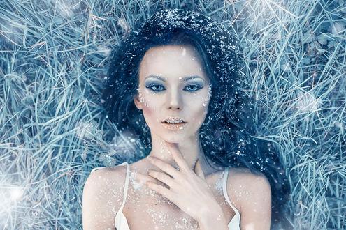 Обои Iced Heart, Alessandro Di Cicco. Девушка в морозный день, покрытая инеем