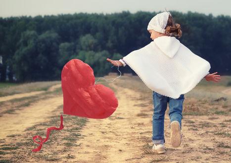 Обои Маленькая девочка, бежит по песчаной дороге через поле, играясь с воздушным змеем в виде сердца