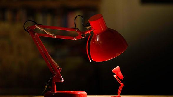 Обои Беседа большой настольной лампы с маленькой