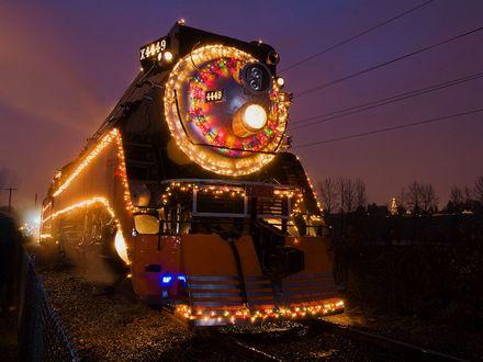 Обои Новогодний локомотив украшенный гирляндами