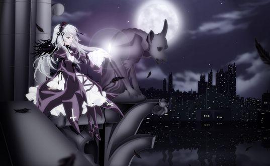 Обои Девушка сидит на парапете здания, с фигурой гаргульи на краю, на фоне ночного города, над ее рукой висит звездочка, вокруг летают черные перья