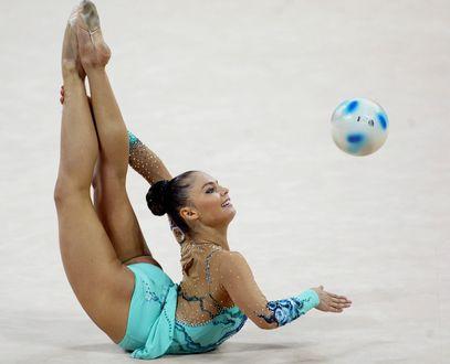 Обои Известная российская гимнастка Алина Кабаева, выполняет упражнения с мячом