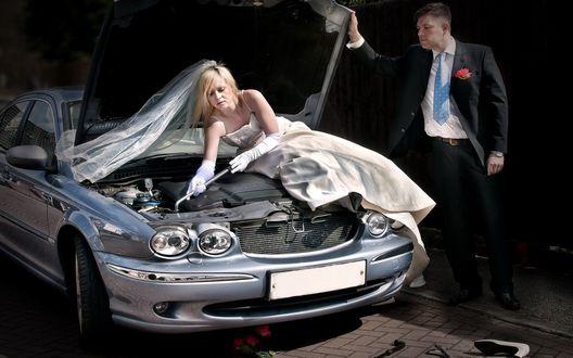 Обои Суровая реальность, невеста чинит автомобиль, жених внимательно наблюдает