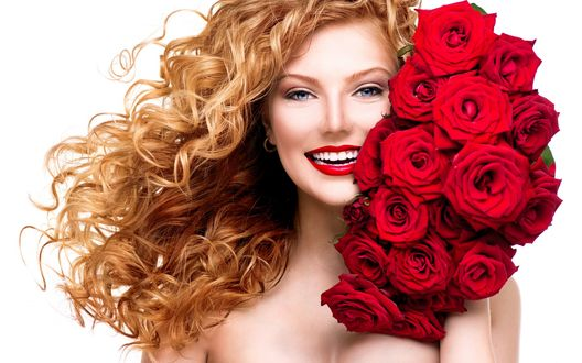 Обои Улыбающаяся девушка с букетом красных роз у лица
