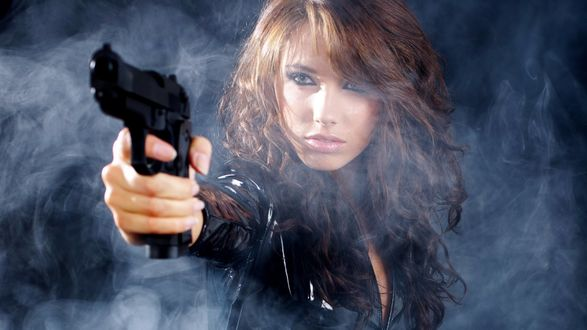 Обои Девушка с пистолетом в руке, девушка находится в дыму