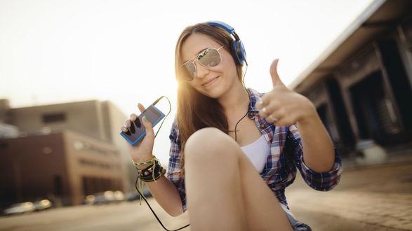 Обои Девушка в наушниках слушает музыку и она ей очень нравится