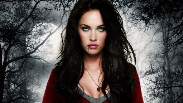 Обои Актриса Меган Фокс в роли вампира в ночном лесу под луной