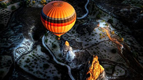 Обои Воздушный шар летит над землей