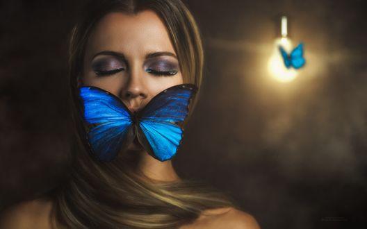 Обои Девушка в комнате с закрытыми глазами и бабочкой на губах