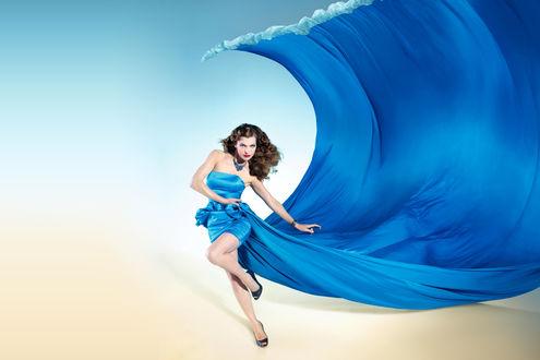 Обои Милла Йовович американская актриса музыкант модель и модельер в платье синего цвета со шлейфом в виде морской волны