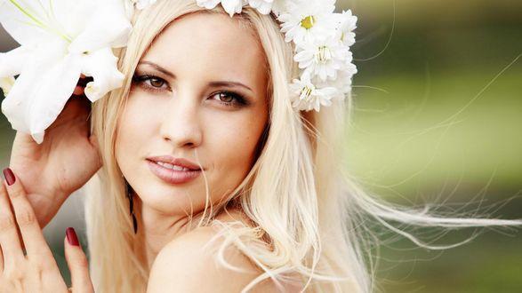 Обои Кареглазая блондинка с венком из лилий и ромашек на голове