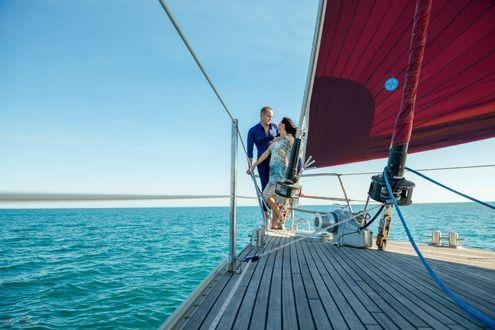 Обои Девушка и мужчина стоят на корме яхты и смотрят друг на друга, фотограф Анна Асланян
