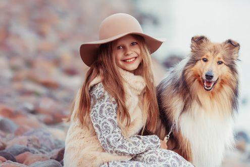 Обои Улыбающаяся девочка в шляпе сидит рядом с колли, фотограф Марина Полянская